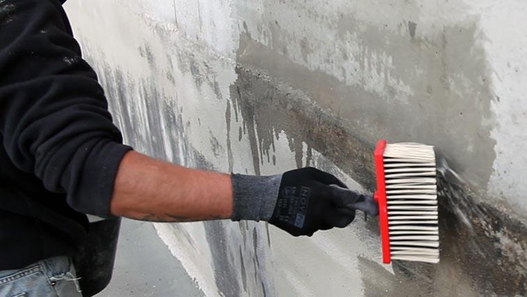 humidifer le support avant application enduit cuvelage etanche